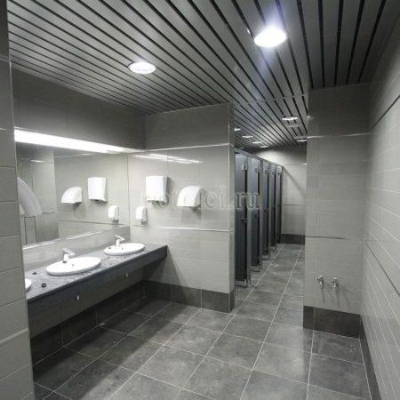 Подвесные реечные алюминиевые потолки для ванной
