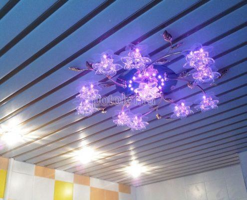 Реечный потолок со светильником