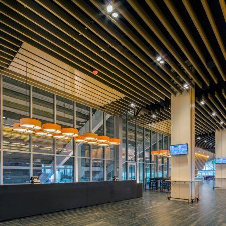 Пластинообразный реечный потолок ПолиЭкран Бард в интерьере