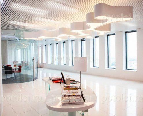 Реечный потолок Luxalon 30bd и светильники-кляксы