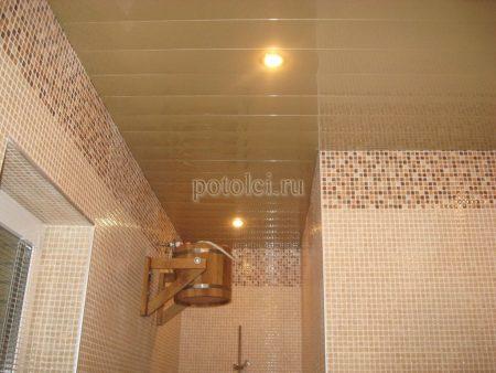 Подвесной реечный потолок в ванной