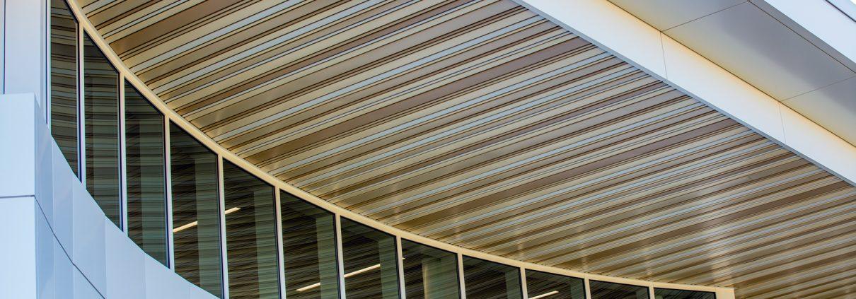 Облицовка козырька здания фасадной рейкой