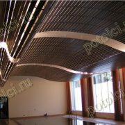 Дизайнерское решение оформления потолка бассейна. Деревянный реечный потолок Люксалон Luxalon