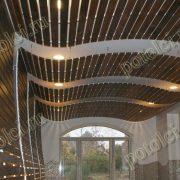 Деревянный реечный подвесной потолок. Бассейн в частном доме. Гнутые формы.