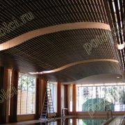 Эксклюзивный деревянный реечный потолок Luxalon от Hunter Douglas. Массив Мербау