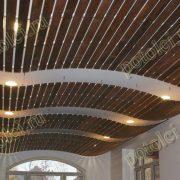 Подвесной реечный потолок из экзотического дерева Мербау