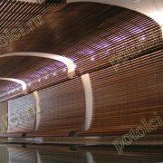 Оформление потолка бассейна в частном доме поселка Барвиха. Деревянный реечный потолок Люксалон от Хантер Даглас