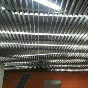 Реечный алюминиевый потолок V-100