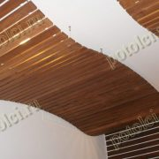 Потолок деревянный реечный, волнообразный дизайн