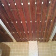 Оформление потолка душевой комнаты. Реечный деревянный потолок