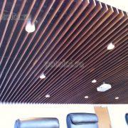 Подвесной потолок из панелей МДФ, покрытых шпоном Ореха.