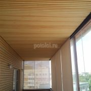 Отделка потолка лоджии панелями из массива дерева Кото
