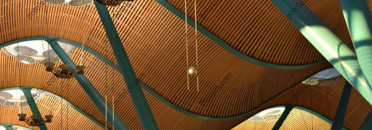 Деревянные реечные потолки, вывешенные по радиусу