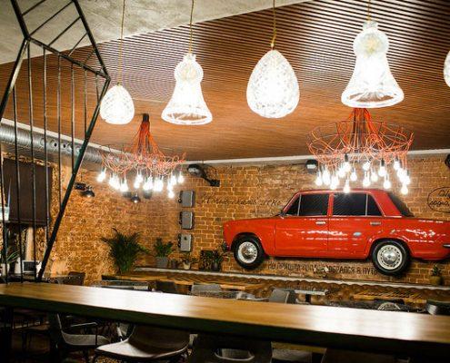 Кубообразные потолки в ресторане